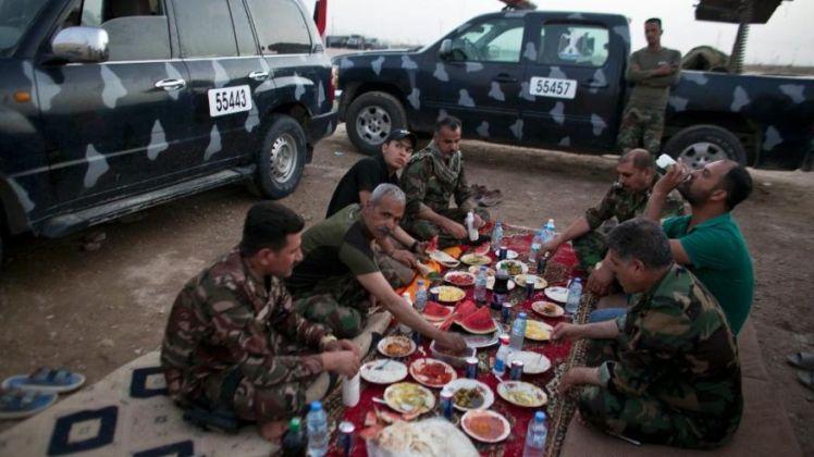 Iraqi policemen Iftar